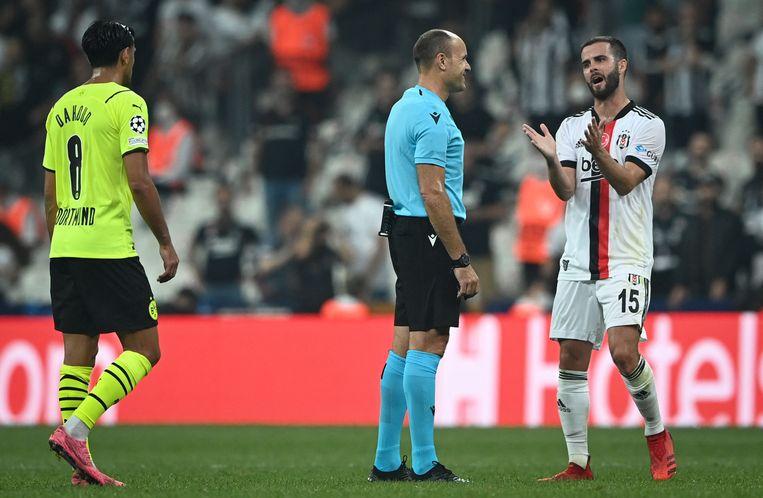 Besiktas-middenvelder Miralem Pjanic (r) tijdens het Champions Leagueduel met Borussia Dortmund. Beeld AFP