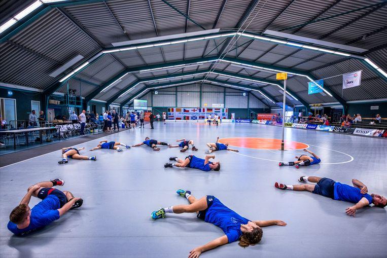Het team van Slowakije wamt zich in Gorredijk op voor het EK-duel tegen Frankrijk.  Beeld Raymond Rutting / de Volkskrant