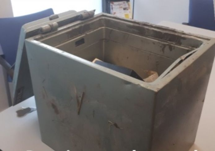 Deze kluis werd in Kamperland gestolen en op Tholen in een sloot terug gevonden.