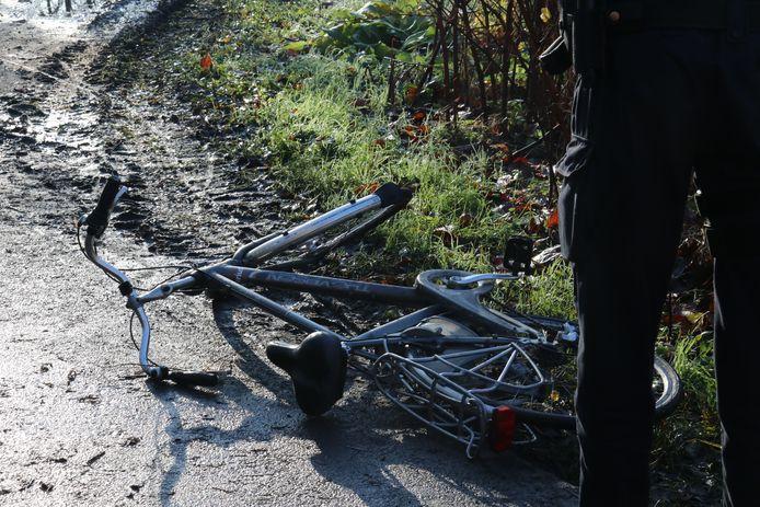 De fietser kwam ten val en gleed naar beneden in het ijskoude water.