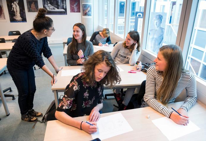 Dag van de Franse Taal op het Stedelijk Gymnasium met een workshop striptekenen door de Française Maria-Paz