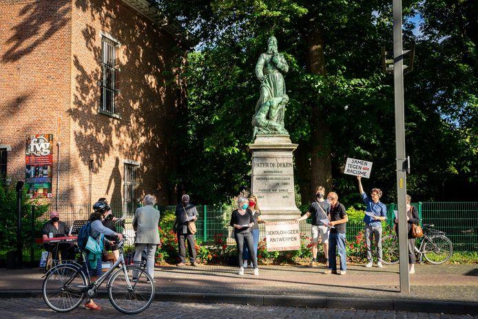 PVDA Wilrijk hield een protestactie bij het beeld van Pater De Deken in Wilrijk. Zij vinden dat er meer duiding moet komen bij het leven van Pater De Deken.