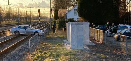 Tiener knalt met auto het spoor op in Zevenaar: treinverkeer gehinderd, auto zwaar beschadigd