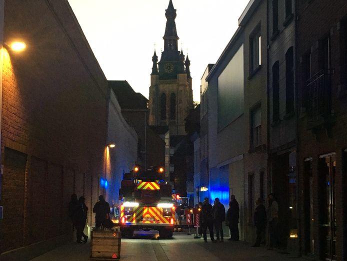 In de schaduw van de Sint-Maartenskerk in Kortrijk repte de brandweer zich ter plaatse in de smalle straat.