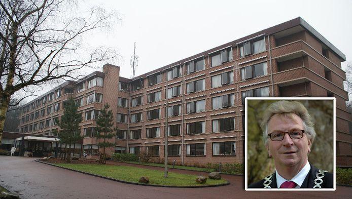 Verzorgingshuis Dennenrust. Inzetje: Burgemeester Geert van Rumund.