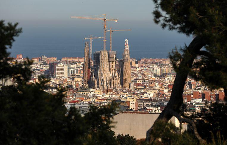 De Sagrada Família rijst imposant op uit haar wijk in Barcelona. Aanvankelijk dacht Gaudí voor de bouw ervan zo'n tien jaar nodig te hebben. Beeld Valery Sharifulin/TASS