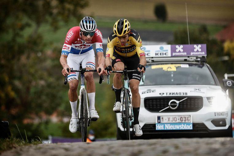 Van Aert naast eeuwige concurrent Van der Poel, tegen wie hij nipt de Ronde verloor in de spurt. Lamberts: 'Als ik Wout een absoluut toptalent noemde, dan was Mathieu een fenomeen .Nu is de kloof dicht. En heeft Wout gewoon voet gezet naast Mathieu.' Beeld Photo News