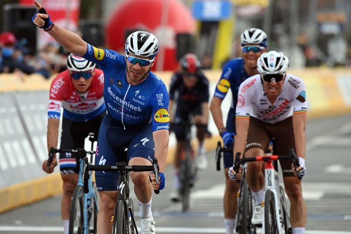 Florian Sénéchal klopt Mathieu van der Poel in de sprint voor plek twee.