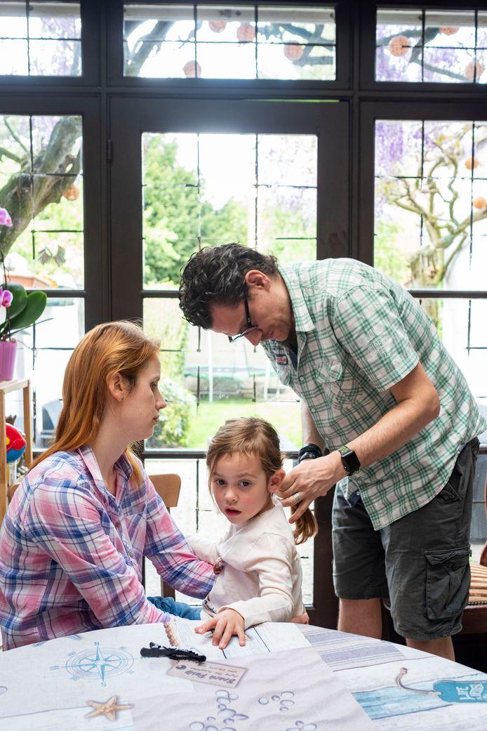 Papa Yves is een uitstekende leerling: na een paar uur uitleg kan hij al meteen een mooie vlecht maken bij z'n dochter Amélie.