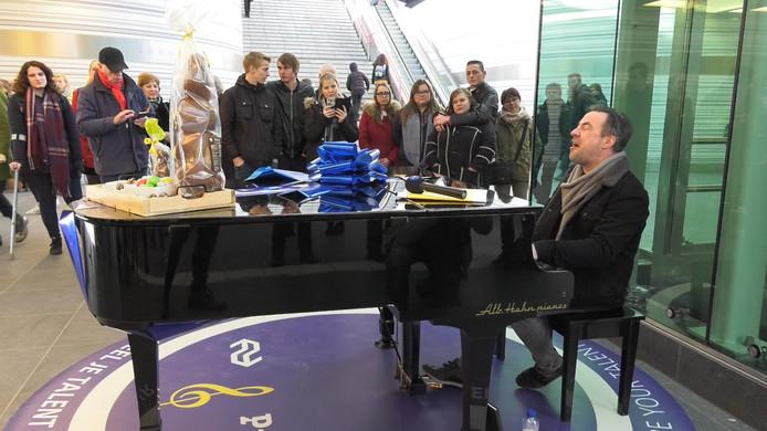 Hans Jansen achter de stationspiano.