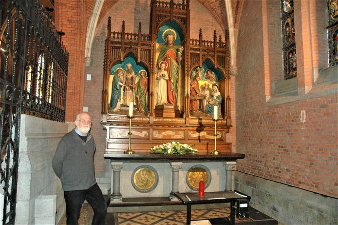 Pastoor Stefaan Minnaert bij de Sint-Jozefkapel, tot voor kort helemaal in het wit maar nu weer zoals oorspronkelijk.