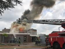 Uitslaande brand bij Top1Toys in Den Dungen, waterleiding door blussen gesprongen