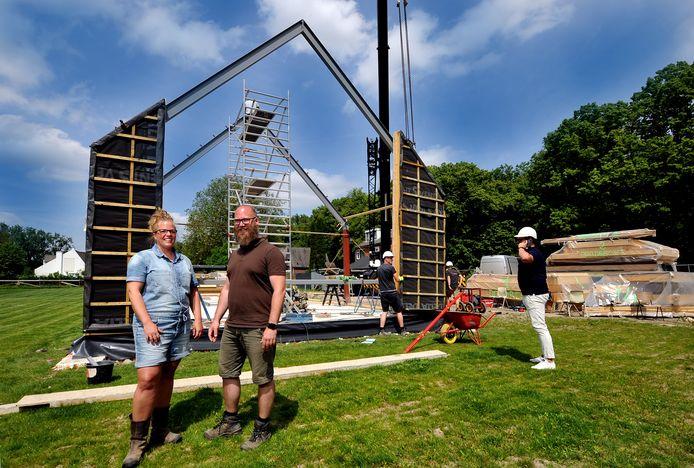 Nienke en Rudy Wilhelm laten in zes weken tijd een duurzaam huis bouwen op landgoed Klein Amstelwijck in Dordrecht. Rechts directeur Adriaan Bossenbroek van Krijgsman Bouw.