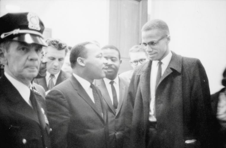 Martin Luther King Jr. en Malcolm X in maart 1964. Beeld REUTERS