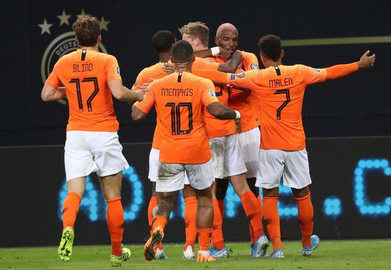 Oranje viert een van de vier goals. Beeld EPA