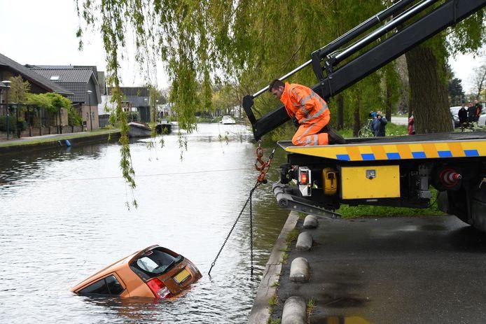 Auto belandt in het water aan de Rietveld in Woerden