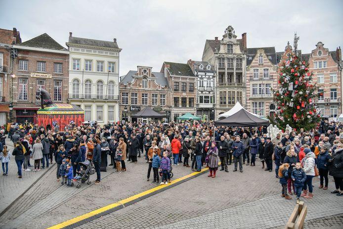 Een massa volk was aanwezig tijdens de Nieuwjaarsreceptie op de Grote Markt om de aanstelling van de Vier Heemskinderen bij te wonen.