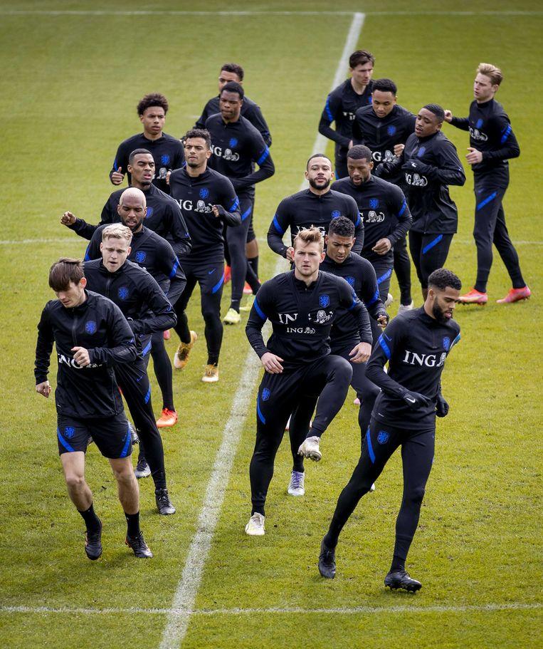 De selectie van het Nederlands elftal vrijdag tijdens een training in aanloop naar de WK-kwalificatiewedstrijd tegen Letland. Beeld KOEN VAN WEEL/ANP