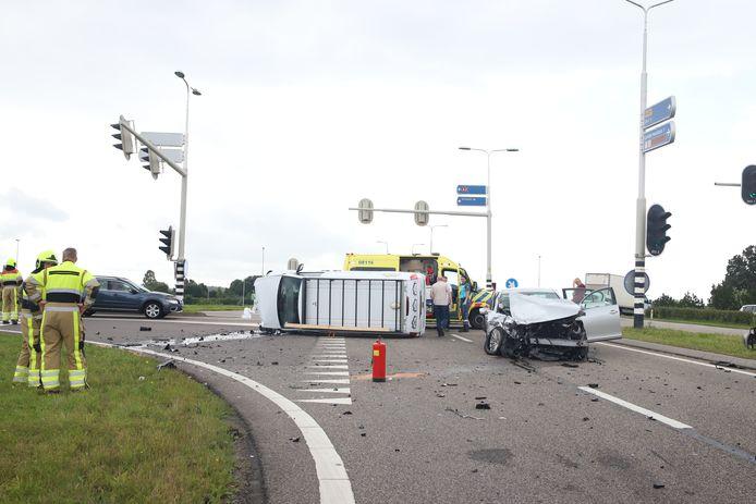 Op de Provincialeweg (N327) bij Enspijk is een ongeluk gebeurd. Het busje ligt op de kant, de auto heeft veel schade.