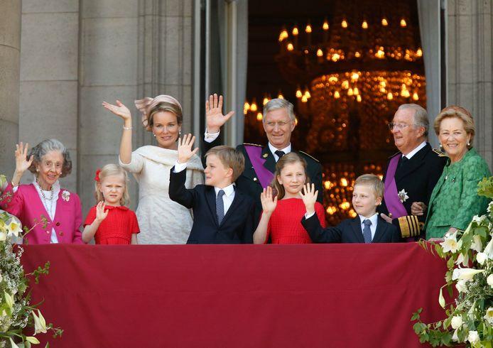 Koningin Fabiola, prinses Eleonore, koningin Mathilde, prins Gabriel, koning Philip, prinses Elisabeth, prins Emmanuel en koning Albert II en koningin Paola op 21 juli 2013.