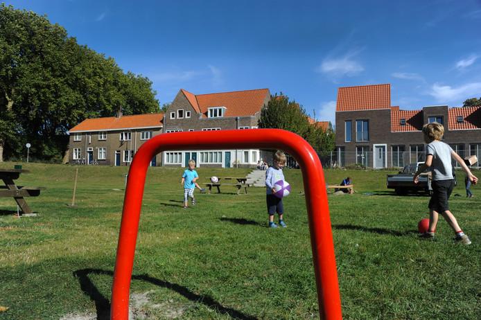 De bouwput is voorzien van een tijdelijk grasveld, dat wordt gebruikt als speelplek en ontmoetingsruimte voor buurtbewoners.