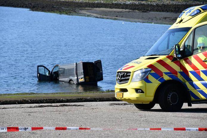Het voertuig is om nog onbekende reden in het water beland