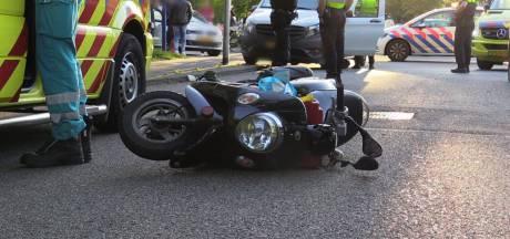 Scooterrijder met spoed naar ziekenhuis na aanrijding in Enschede