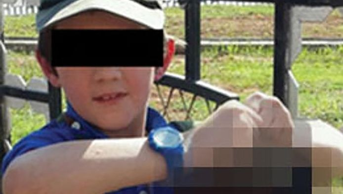 Het zoontje van de Australische terrorist Khaled Sharrouf, poserend met een afgehakt hoofd.