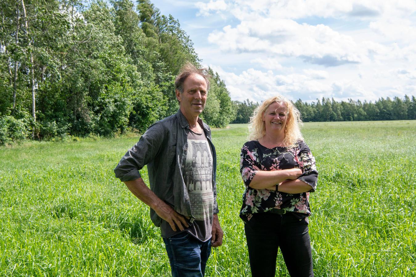 Jan Poppe met zijn vrouw Ingrid op het perceel waar de zonnepanelen moeten komen. FFU PRESS AGENCY COPYRIGHT FRANK UIJLENBROEK