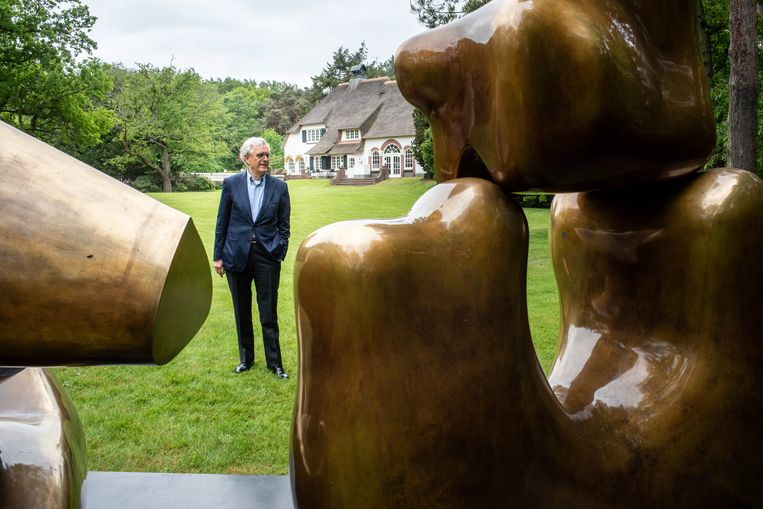 Dit bronzen beeld van de Britse beeldhouwer Henry Moore, getiteld Large Four Piece Recling Figure (1972-1973) is vanuit de ene hoek een abstract beeld van golvende, organische vormen. Vanuit een ander hoek een robuuste, liggende vrouw.   Beeld Simon Lenskens