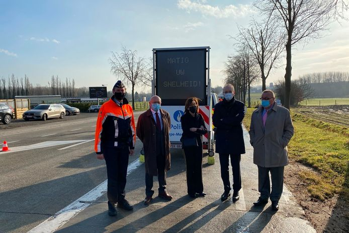 Korpschef Luk Lacaeyse kreeg bezoek van burgemeester Hugo De Waele van Erpe-Mere, gouverneur Carina Van Cauter, procureur-generaal Erwin Dernicourt en burgemeester Roland Uyttendaele.