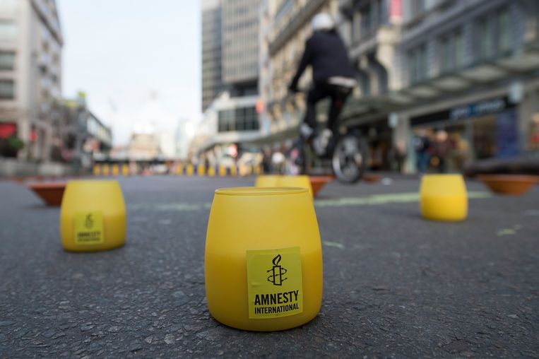 Een campagne van Amnesty International met kaarsen in Brussel in 2015. Beeld BELGA