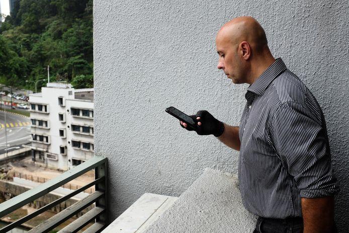 Oom Fred Agenjo maakt foto's op het balkon van Suparman waar zijn nichtje 7 december vorig jaar werd gevonden.