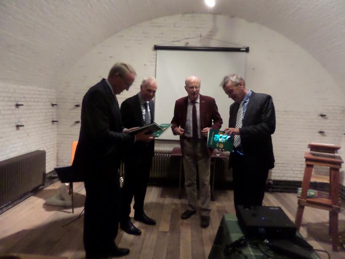 De burgemeesters Noordergraaf, Naterop en wethouder Van Gelder bekijken het zojuist ontvangen boek van Cees de Gast (midden)