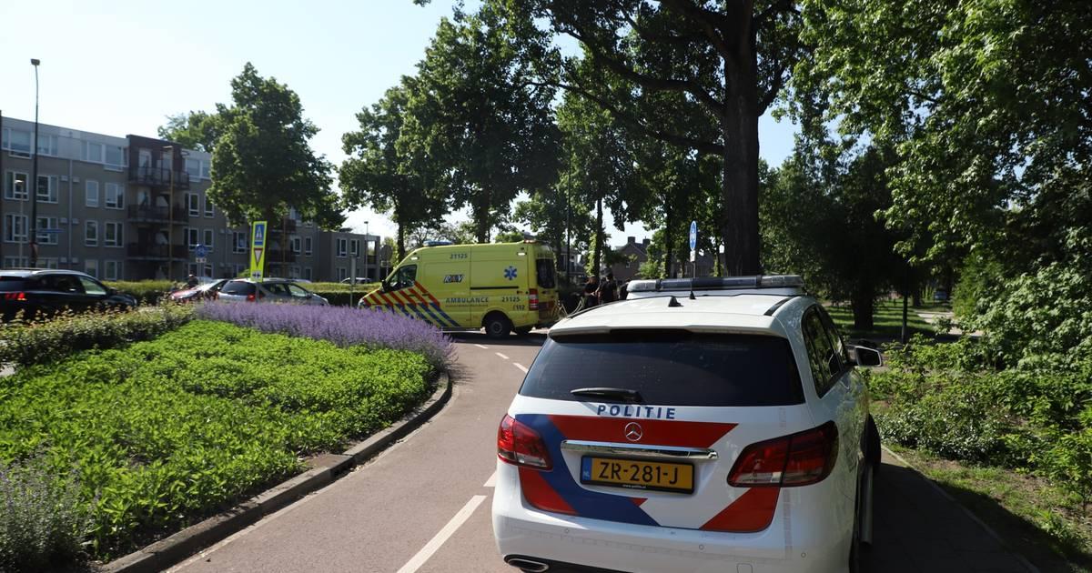 Fietser gewond na botsing met auto op rotonde in Veghel.