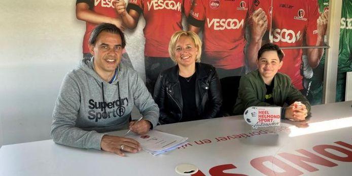 Oud-speler Roland van de Kerkhof (l) lanceert samen met zijn vrouw Simone en zoon Sjors de Helmond Sport-hypotheek: voor elke transactie gaat er 500 euro naar de club.