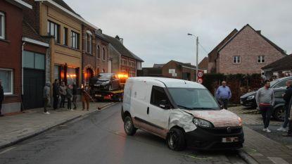Wagen tegen gevel geslingerd na aanrijding in Vlierzele