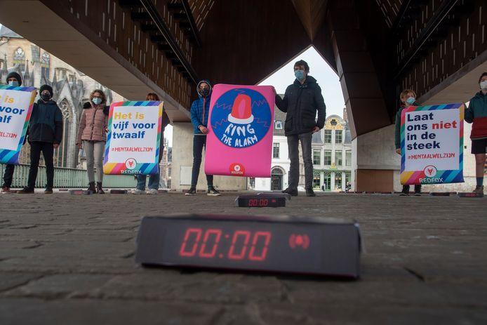 Jongeren van Redfox vragen aandacht voor hun mentaal welzijn. Ze plaatsten 100 wekkers onder de stadshal.