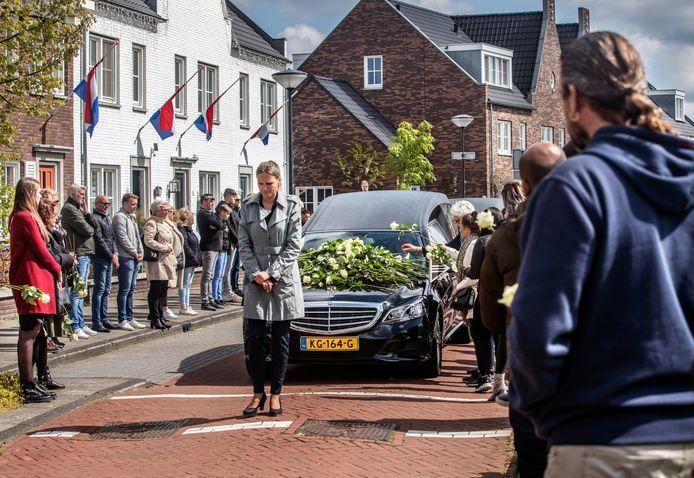 Eerbetoon aan de veel te vroeg overleden jeugdtrainer van DUNO Mark de Lange. De vele mensen vormden een erehaag en legden witte bloemen op de auto.