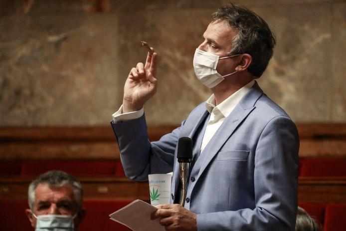 François-Michel Lambert, joint à la main, mardi, à l'Assemblée nationale, à Paris