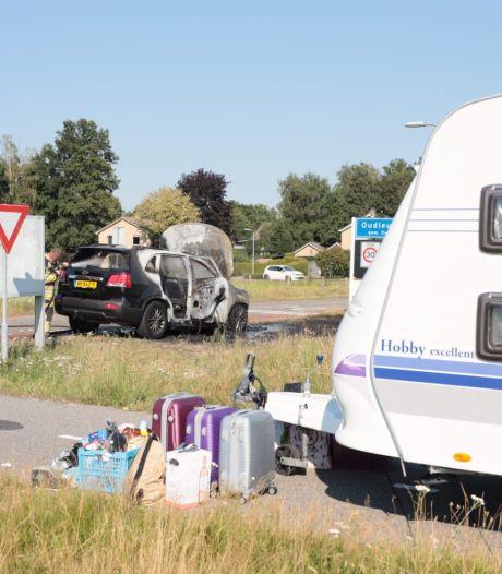 Vakantie in Ommen eindigt voor man uit Zwolle met felle brand onder motorkap bij Oudleusen: caravan en bagage gered