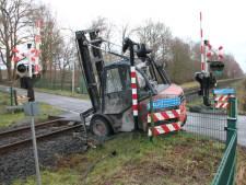 Heftruck belandt op spoor en wordt aangereden door trein op overgang bij Markelo