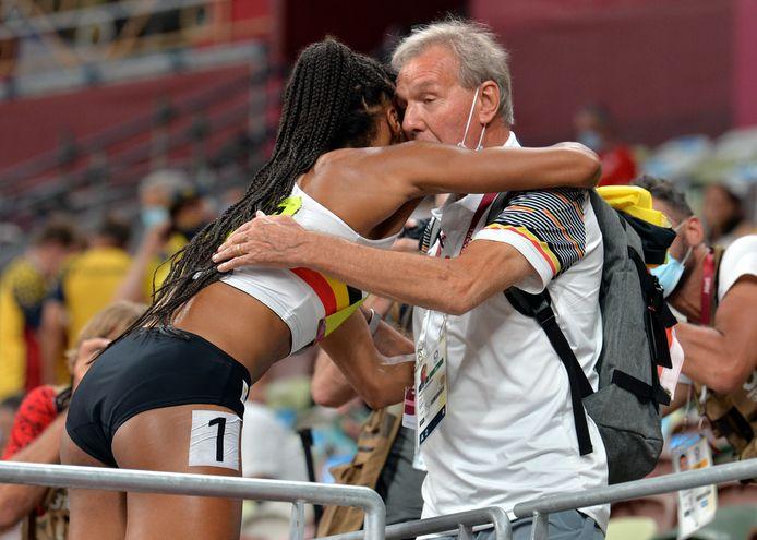 Nafi Thiam vliegt haar coach Roger Lespagnard om de hals nadat ze haar tweede gouden medaille op de Spelen heeft behaald.