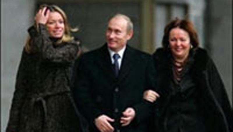 Een van de zeldzame en kwalitatief slechte beelden, die van Poetin, zijn vrouw en dochter Maria op het web circuleren.