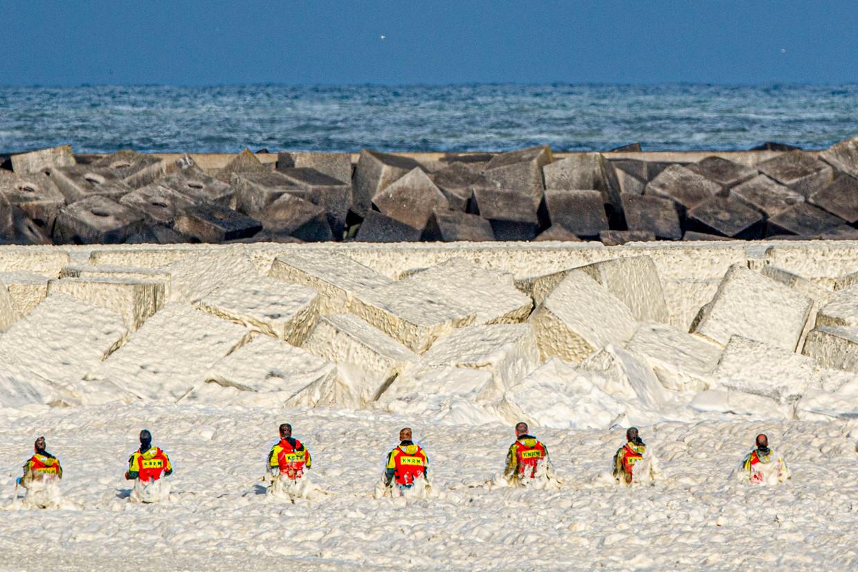 De zoektocht naar vermiste surfers in Scheveningen.  Beeld Robin Utrecht / ANP