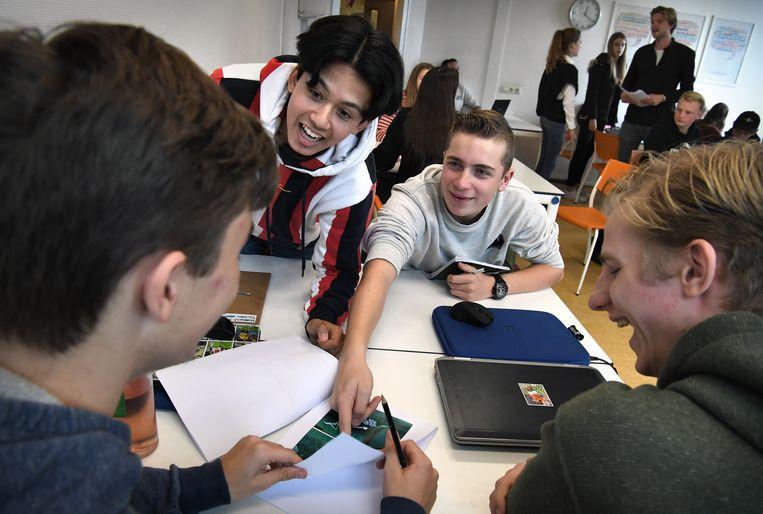 Leerlingen werken in groepjes en maken spotprenten Beeld Marcel van den Bergh / de Volkskrant