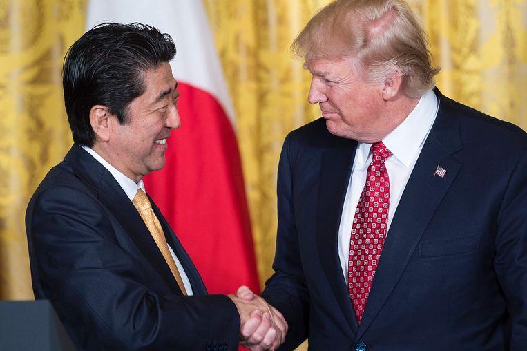 De Japanse premier Shinzo Abe en Donald Trump. Beeld AFP