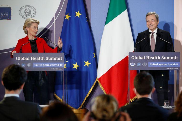 De Italiaanse premier Mario Draghi en de voorzitter van de Europese Commissie Ursula von der Leyen brengen de 'heldere boodschap' van hun collega-wereldleiders over aan de pers. Beeld REUTERS