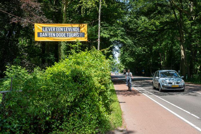 Langs de Groteweg in Wapenveld wordt ook geprotesteerd tegen de aanleg van een grote natuurbegraafplaats.