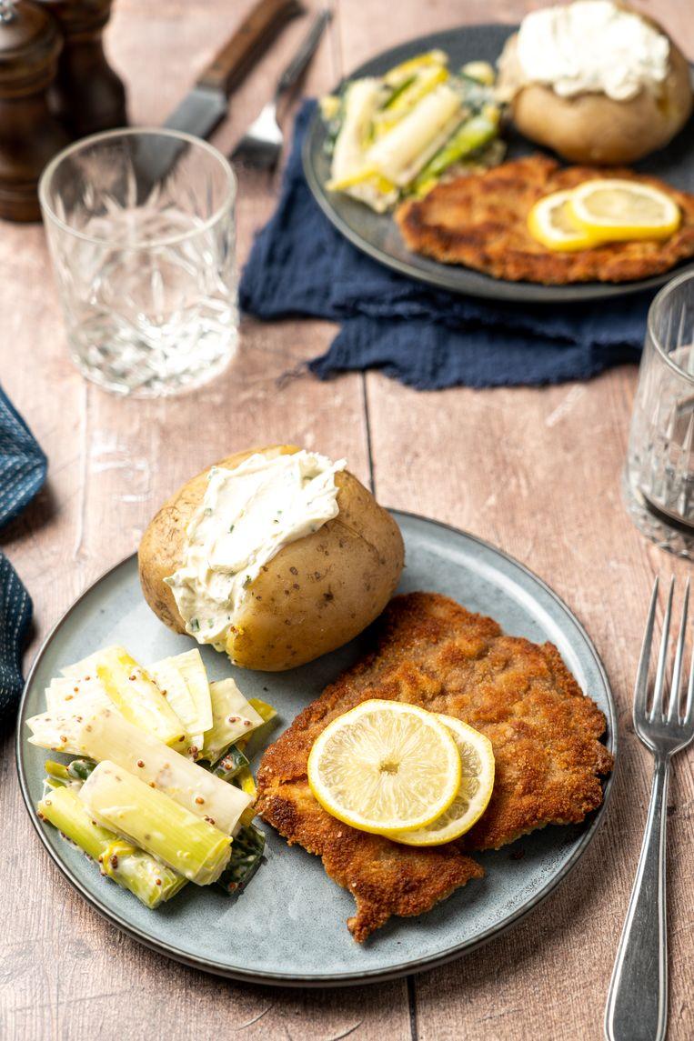 Kalfsschnitzel met gepofte aardappel en prei. Beeld